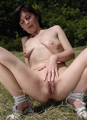 Naked Moms Spreading Porn Pictures