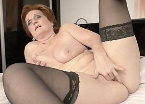 Naked Moms Fingering Porn Pictures