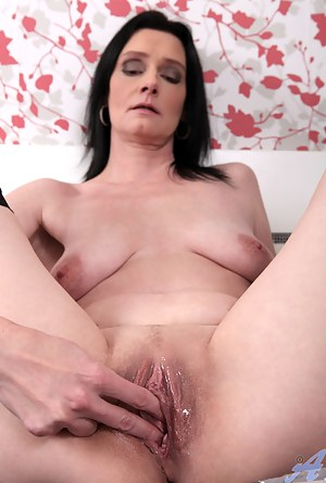 Naked Moms Wet Pussy Porn Pictures