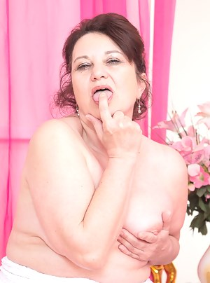 Naked Brunette Moms Porn Pictures
