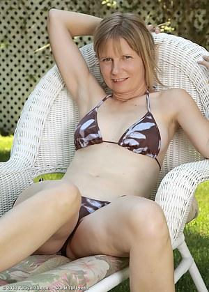Naked Bikini Moms Porn Pictures